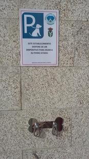 El Ayuntamiento de Malpartida coloca soportes para mascotas en distintos puntos de la localidad